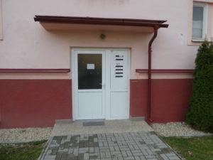NOVÉ !!! DRAŽBA !  3 izbový byt s príslušenstvom na prízemí na ul.  M.R. ŠTEFÁNIKA 445/1 v HNÚŠTI.  DRAŽBA !!! v 11.00 hod. za 10.400.-eur.